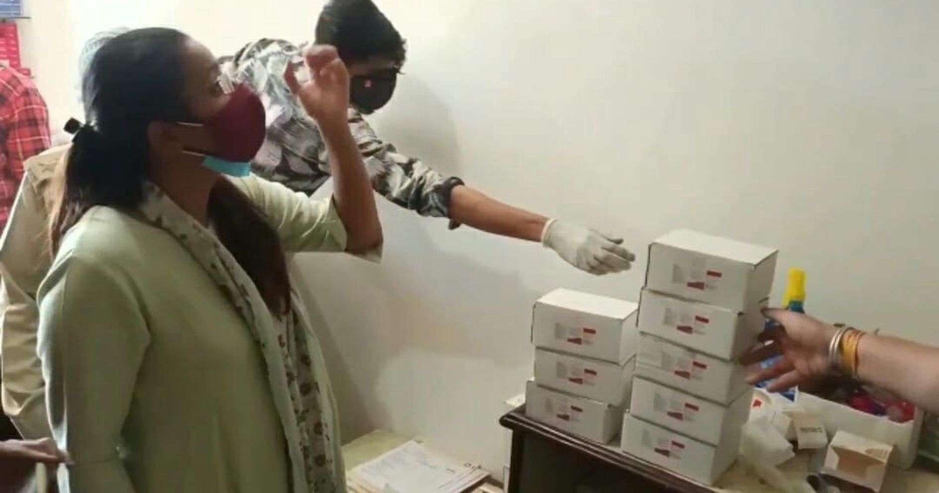 VIDEO धरावरा सीसीसी सेंटर में मरीजों की दवाईयों के हक पर डाका डाल रहे थे निजी डाक साब.... अधिकारियों ने रंगे हाथों पकड़ लिया