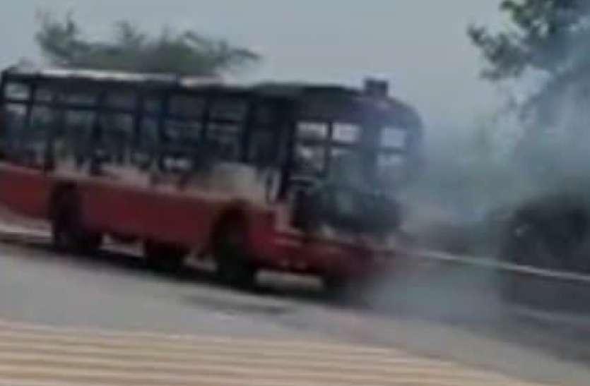 यमुना एक्सप्रेस-वे पर रोडवेज की दौड़ती बस में आग लगी, यात्रियों ने कूदकर बचाई जान