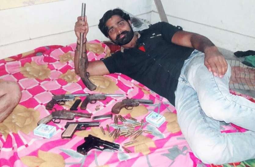 अवैध हथियारों के साथ फोटो खिचाने का शौक ले गया जेल