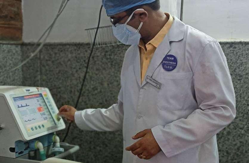 कोविड के फ्रंट लाइन डॉक्टर: न रात की नींद, न दिन का चैन