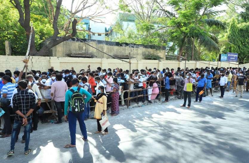 रेमडेसिविर इंजेक्शन के लिए सैकड़ों लोगों की लगी भीड़, कोरोना नियमों की उड़ी धज्जियां