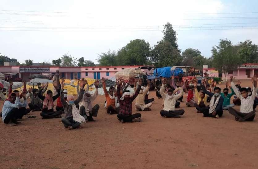 झमटुली में वारदाना की मांग को लेकर किसान बैठे धरने पर