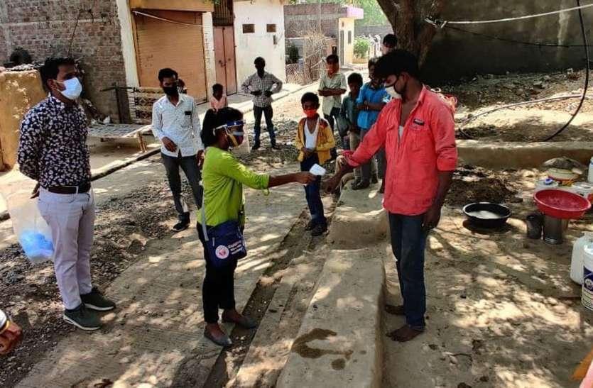 किट लेकर गांव-गांव पहुंच रहे एबीवीपी कार्यकर्ता