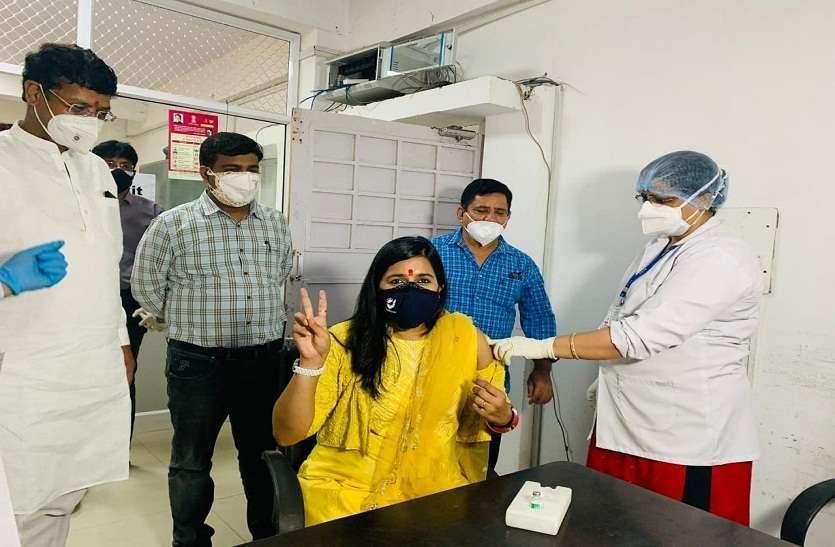 महापौर मुनेश व डॉ. सौम्या ने लगवाया मंगल टीका