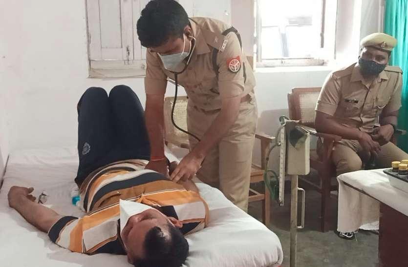 कोरोनाकाल में डॉक्टर की भूमिका निभा रहा पुलिसकर्मी, काम आ रहा डॉक्टरी का तजुर्बा