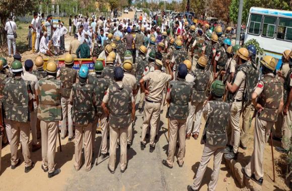 हरियाणा: हिसार में CM मनोहर लाल खट्टर के खिलाफ फूटा किसानों का गुस्सा, पुलिस ने किया लाठीचार्ज