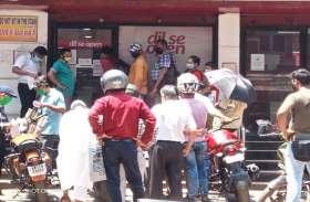 कोरोना का असर: रुपए निकालने के लिए बैंकों के बाहर ग्राहकों की भीड़