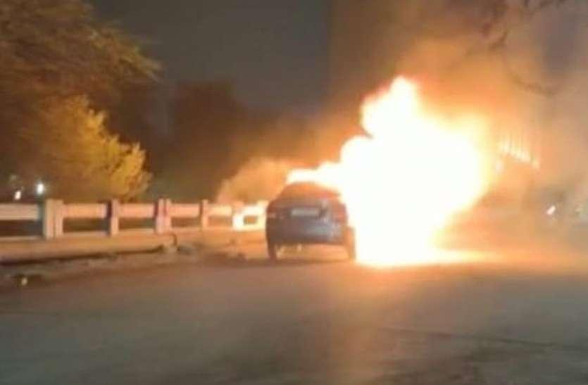 कार में लगी आग, चालक नाले में कूदा