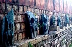 CG के इकलौते खुले संग्रहालय की ऐसी अनदेखी, हजारों साल पुरानी ऐतिहासिक मूर्तियों पर प्रेमी जोड़े लिखते हैं अपना नाम
