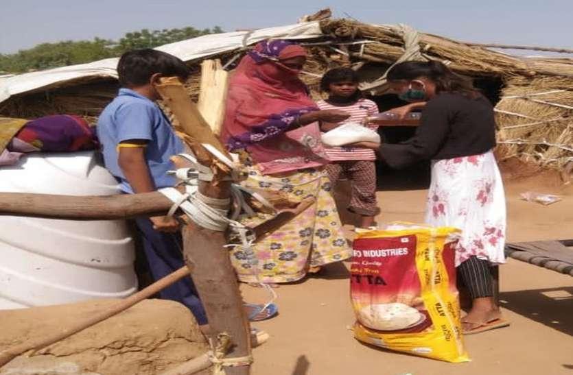 .कच्ची बस्ती के जरुरतमंदों को बांट रहे खाद्य सामग्री