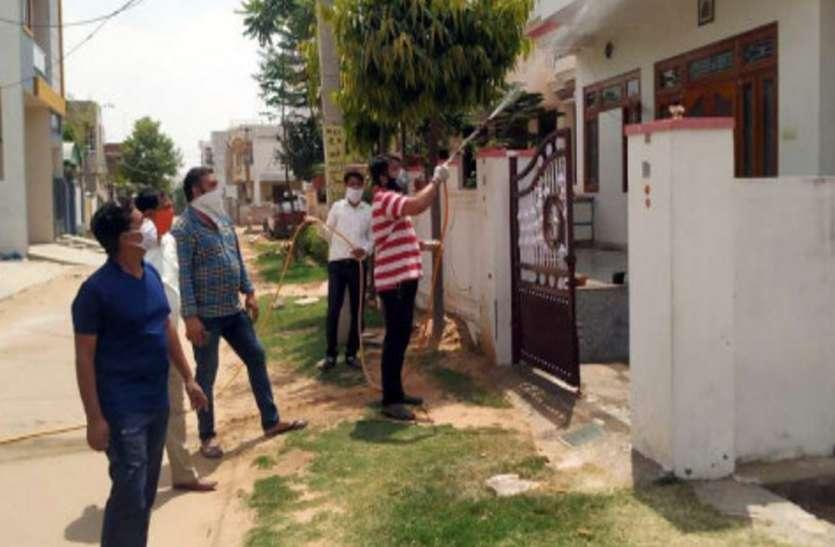 घरों को सैनेटाइज करने के लिए आगे आए लखनऊ के युवा, नगर निगम का दे रहे साथ