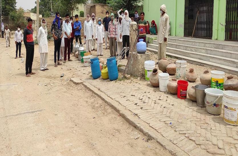 गांवों में गहराया पेयजल संकट, पानी के लिए भटक रहे ग्रामीण