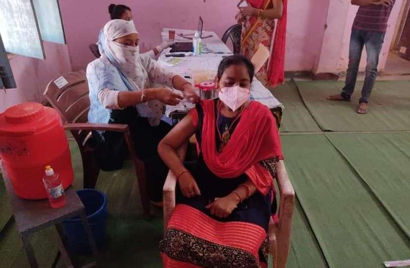 मोबाइल और रजिस्ट्रेशन की जानकारी के अभाव में ग्रामीण युवा टीकाकरण से हो रहे वंचित