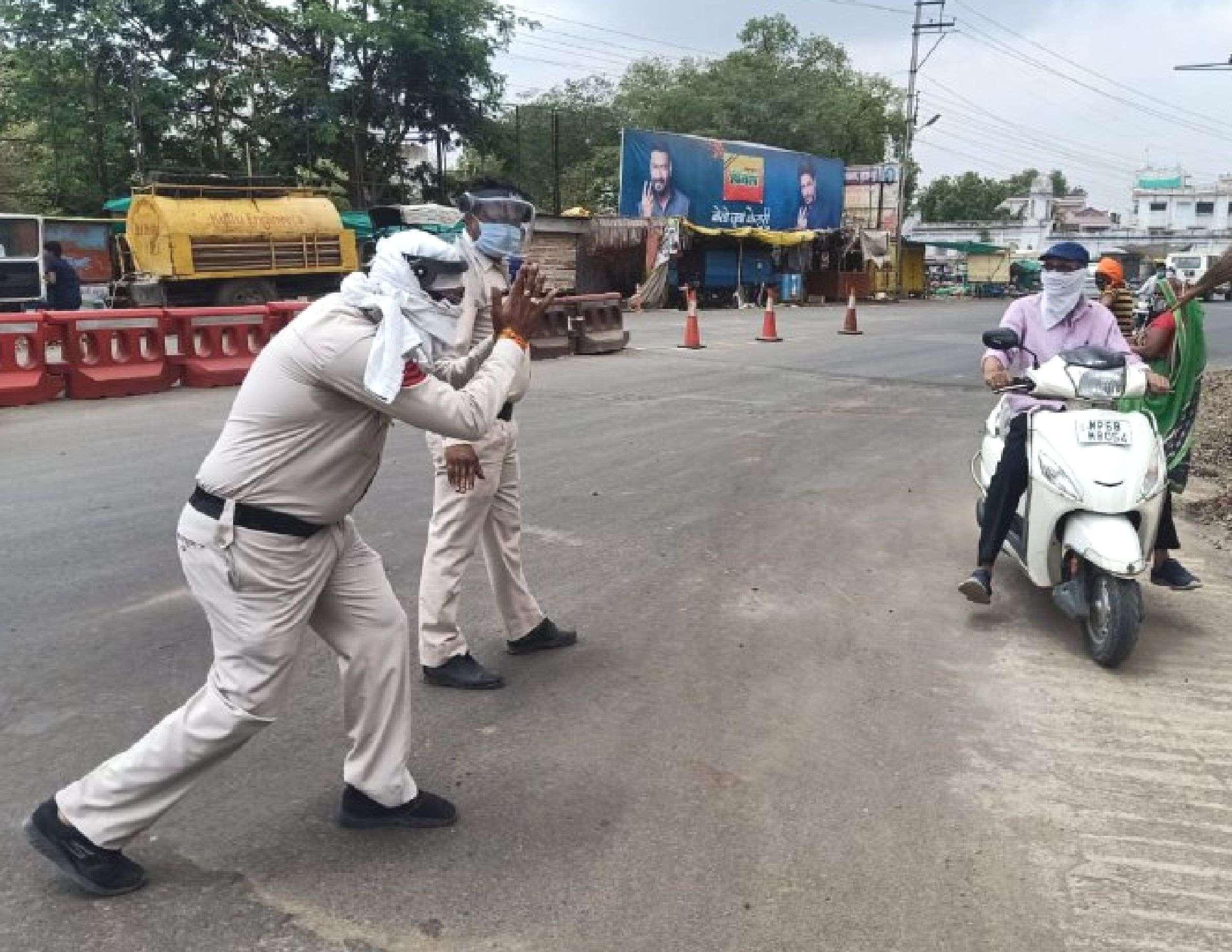 Police saw Gandhigiri, folded hands and said stay inside