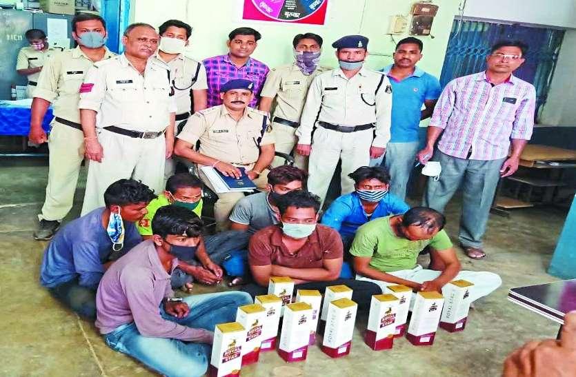 13 लीटर महुआ शराब के साथ तीन कोचिए भी गिरफ्तार