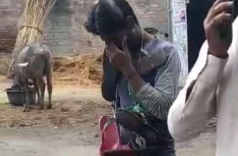 किशोरी से कर रहा था छेड़छाड़, युवक को पिटाई के बाद जूतो की माला पहनाकर घुमाया