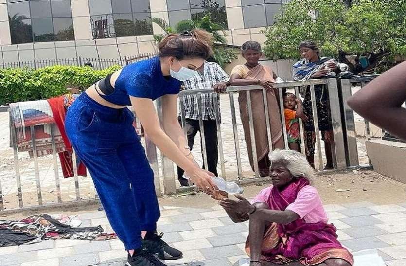 मुंबई में 'ताउते' तूफान की तबाही के बाद उर्वशी रौतेला ने जरूरतमंदों को बांटा खाना