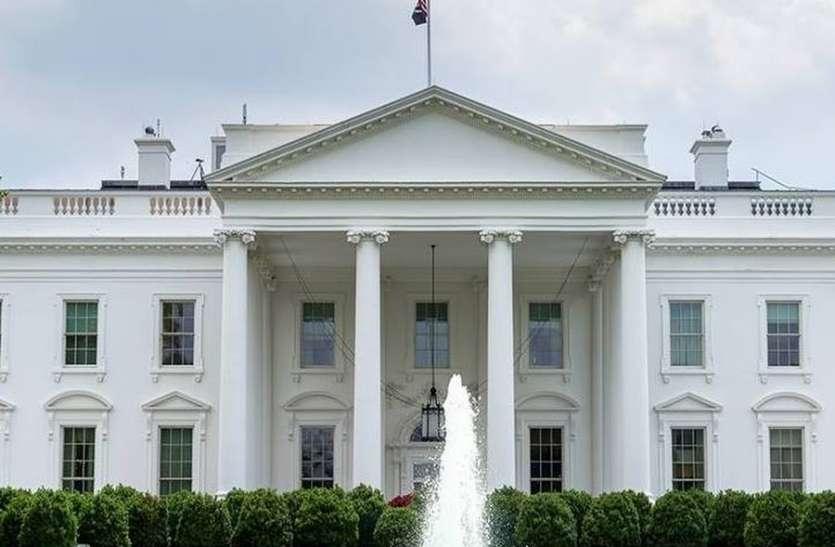 अमरीका: व्हाइट हाउस के समारोह में बिना मास्क के पहुंचे लोग, सोशल डिटेंसिंग के बजाय गले लगाया