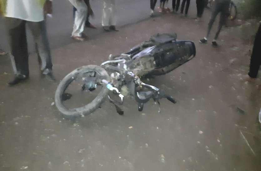 बाइक में परिवार के साथ जा रहे थे, कार ने मारी ठोकर पिता-पुत्री की मौके पर मौत, पत्नी और एक बेटी की हालत गंभीर
