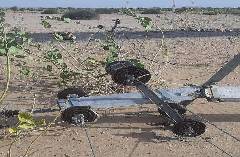 बाड़मेर में रेतीले बवंडर से 500 से अधिक गांवों की बिजली गुल, 169 पोल टूटे