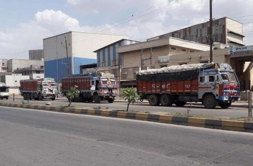 संक्रमण के डर से सडक़ पर ट्रक छोडक़र चले गए अपने 'घर'