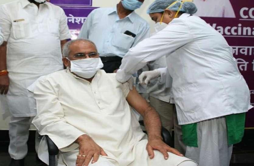 मुख्यमंत्री भूपेश बघेल ने कोरोना से बचाव के लिए टीका की दूसरी डोज लगवाई