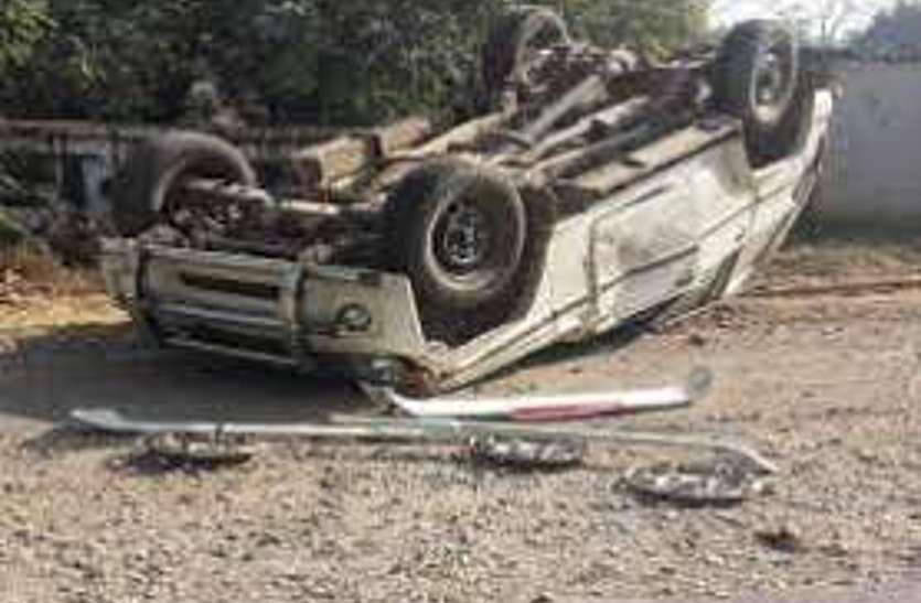 बोलेरो की टक्कर से गिरी घर की दीवार तो दब गई महिला, भागते समय युवक चलती गाड़ी से कूदा, फिर पलट गई