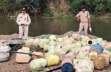 घी-तेल की ड्रमों, एलोमिनियम के बर्तनों में पानी भरने के बहाने जाते नदी पर, उबालते शराब, दो पकड़ाए