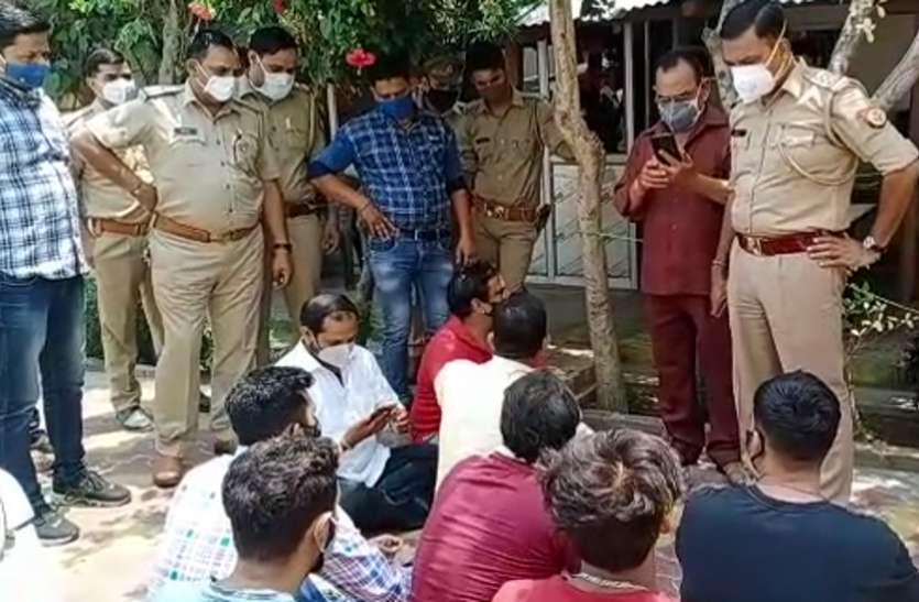 पुलिसकर्मियों ने अभद्रता कर फाड़े भाजपा नेता के कपड़े, हंगामे के बाद एक सिपाही सस्पेंड तो चौकी प्रभारी लाइन हाजिर