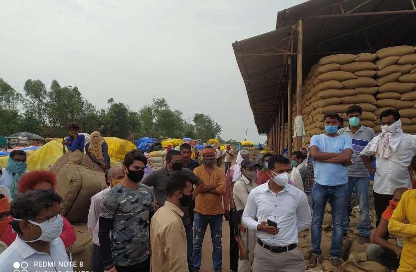 आफत में अन्नदाता : ट्रैक्टर-ट्राली पर उपज लेकर अन्नदाता का खरीद केन्द्र पर 10 दिन से इंतजार, बढ रहा भाड़ा