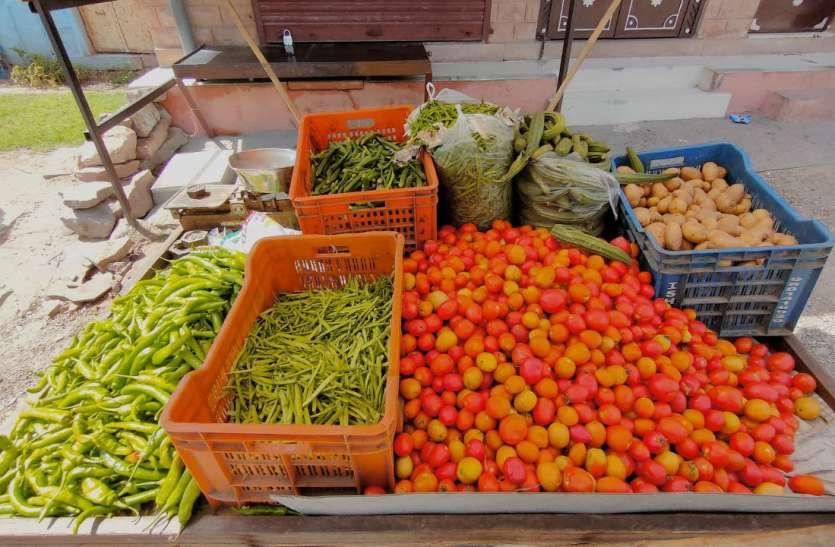 सब्जियों के भाव आसमान पर,  फल भी महंगे