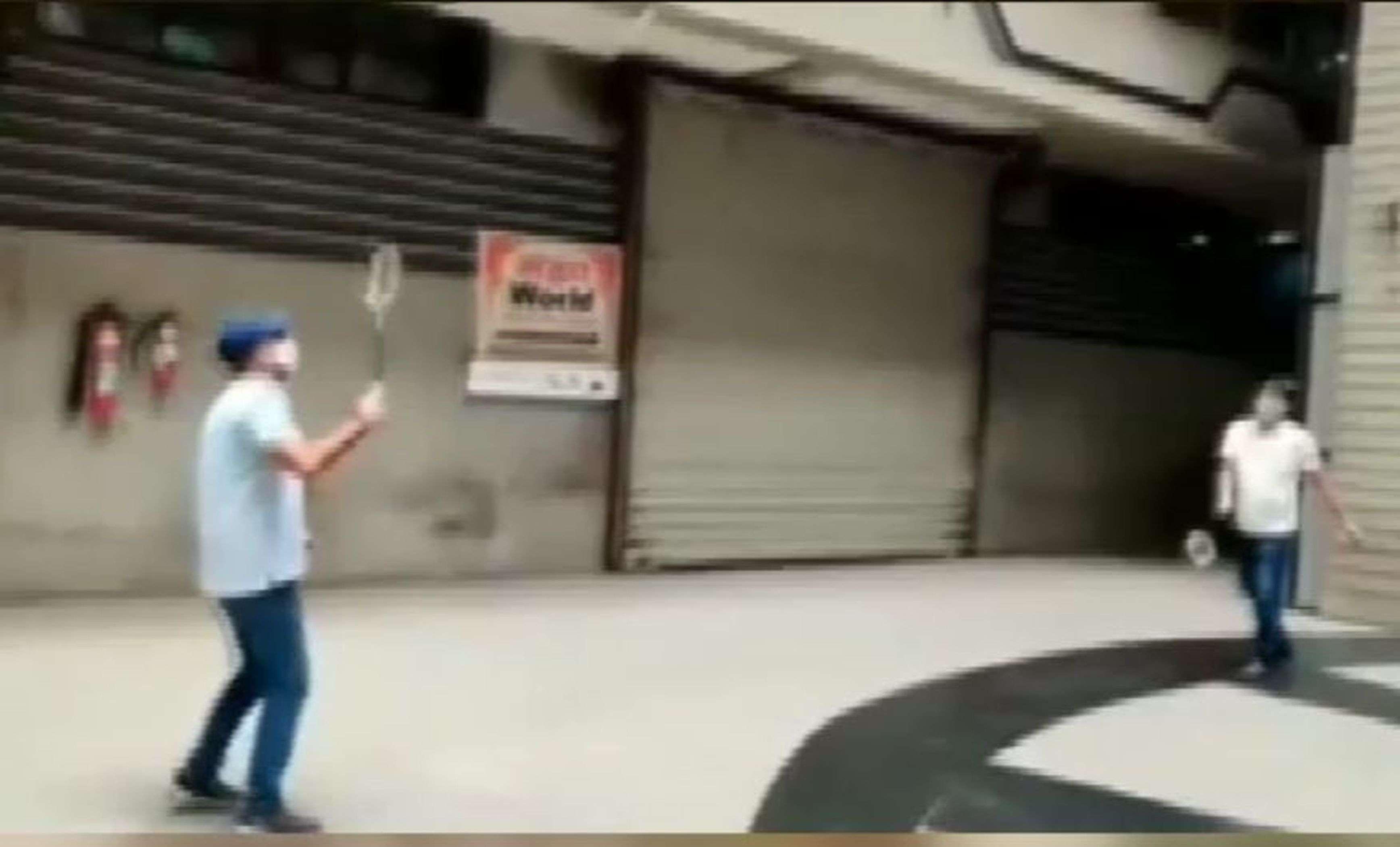 SURAT KAPDA MANDI: मार्केट प्रांगण में खेल रहे हैं बेडमिंटन और क्रिकेट