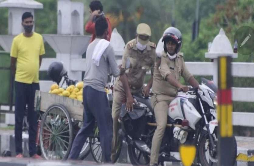 दरोगा ने फल विक्रेता से छीना तराजू, अधिकारियों ने मांगी माफी, दिया इलेक्ट्रॉनिक तराजू