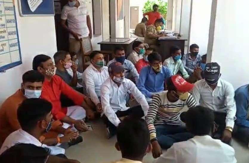 यूपी: कार्यकर्ता बोला इंस्पेक्टर ने पीटा है, गुस्साए नेताओं ने कहा फूंक देंगे थाना
