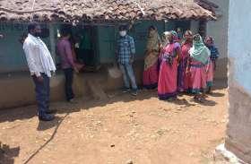गांव-गांव घूम रहा मैदानी अमला, लोगों को दे रहे समझाइश