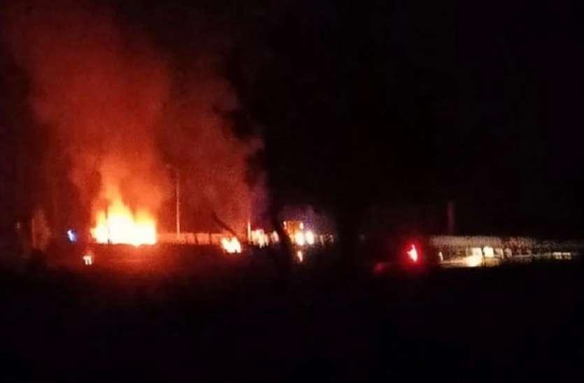 डीसीएम और ट्रक की भीषण टक्कर में दोनो वाहन धू धूकर जले, आग में जलकर चालक की मौत, दो घायल भर्ती
