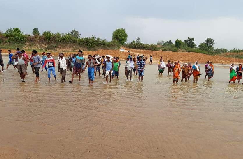 Video: संसदीय सचिव के समर्थन में सैकड़ों ग्रामीण, नदी में उतरकर रेत खदान बंद रखने के लगाए नारे