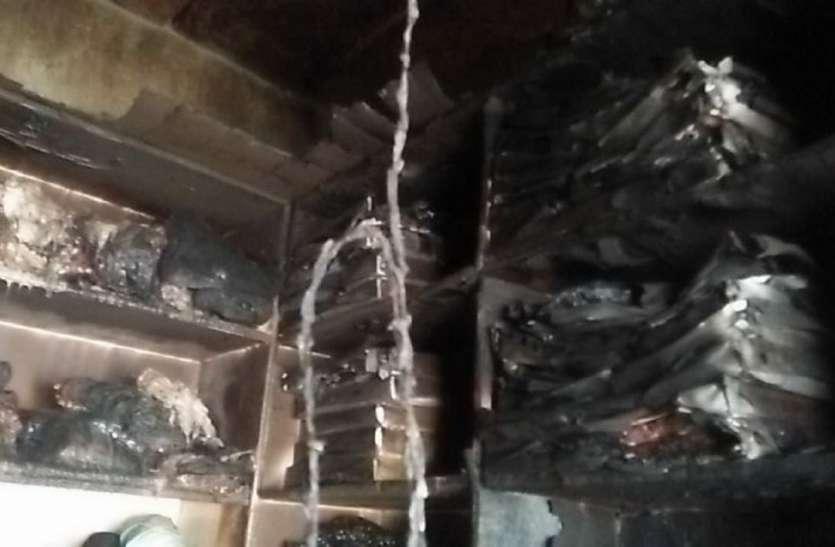 दुकान से निकल रही आग की लपटें, ताला खोलकर देखा तो कपड़े जलकर हो गए थे खाक