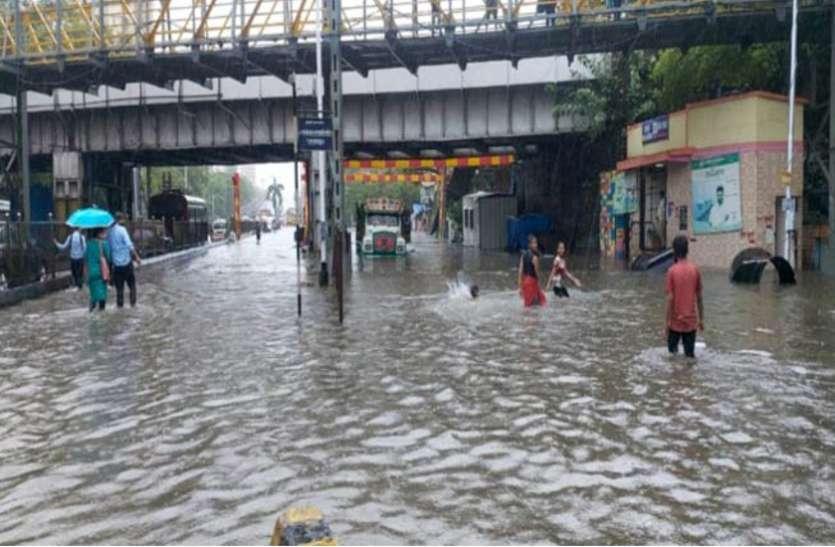 मुंबई : मानसूनी की पहली बारिश से कई इलाकों में भरा पानी, ट्रैफिक जाम और ट्रेनें बंद, हाई टाइड की चेतावनी