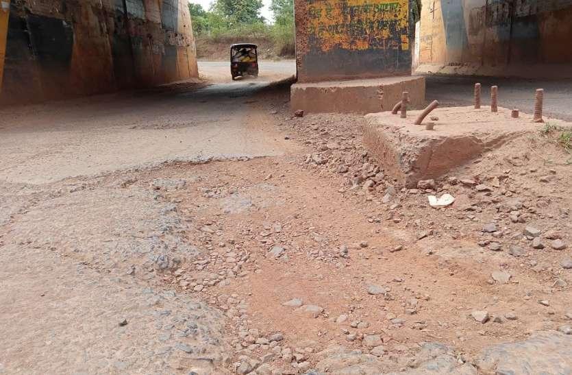 क्षतिग्रस्त सड़क तीन साल बाद भी नहीं हुई दुरुस्त