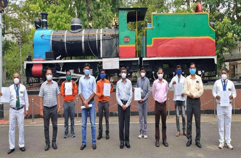 हादसे रोकने वाले छह कर्मचारियों की हौसला आफजाई