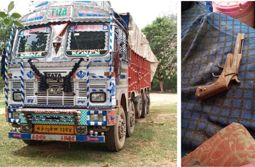 पुलिस को देखते ही ट्रक छोड़कर भाग निकले 9 तस्कर, तलाशी में सीट पर मिला देशी कट्टा और 23...