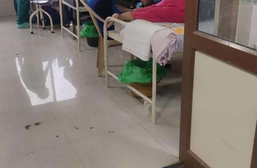 कोरोना वार्ड है या जनरल वार्ड, यहां कोरोना मरीजों के साथ एक पलंग पर लेट रहे तिमारदार
