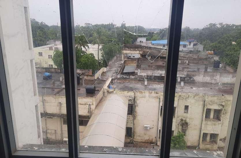 नवजात ने तोड़ा दम, पीड़ित पिता जिला अस्पताल की चौंथी मंजिल से गिरा