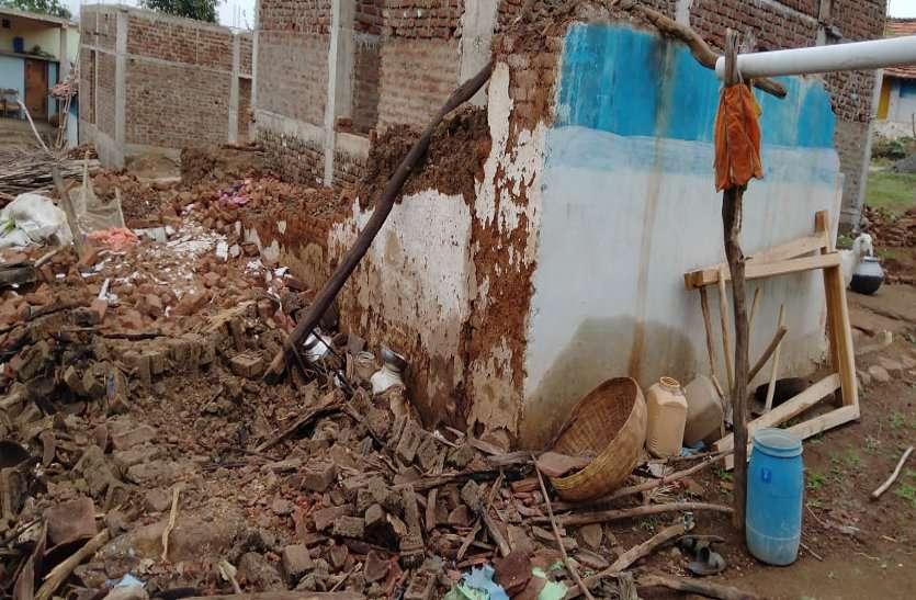 कच्ची दीवार गिरने से दो मासूम की दबकर मौत, दो घायल, जिला चिकित्सालय में चल रहा उपचार