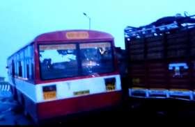 आगरा में खड़े कैंटर में घुसी यात्रियों से भरी रोडवेज बस, चार की मौत दर्जनभर घायल