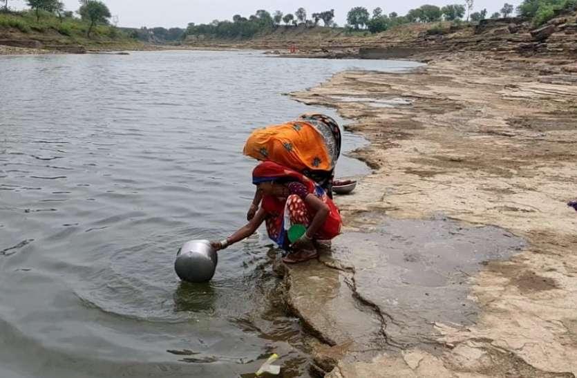 बेबस नदी का दूषित पानी पीने के लिए विवश