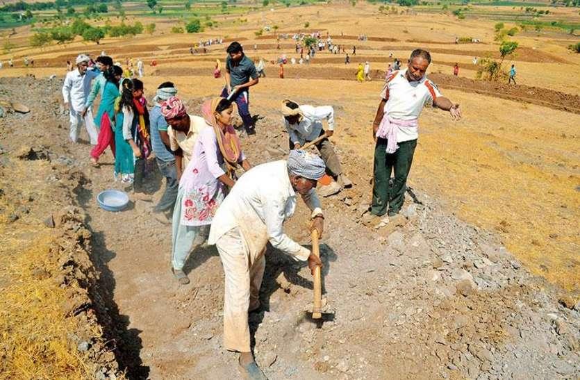 रोजगार के लिए गांवों में कर रहे मनुहार, नए नियमों से मनरेगा रोजगार पर आया संकट
