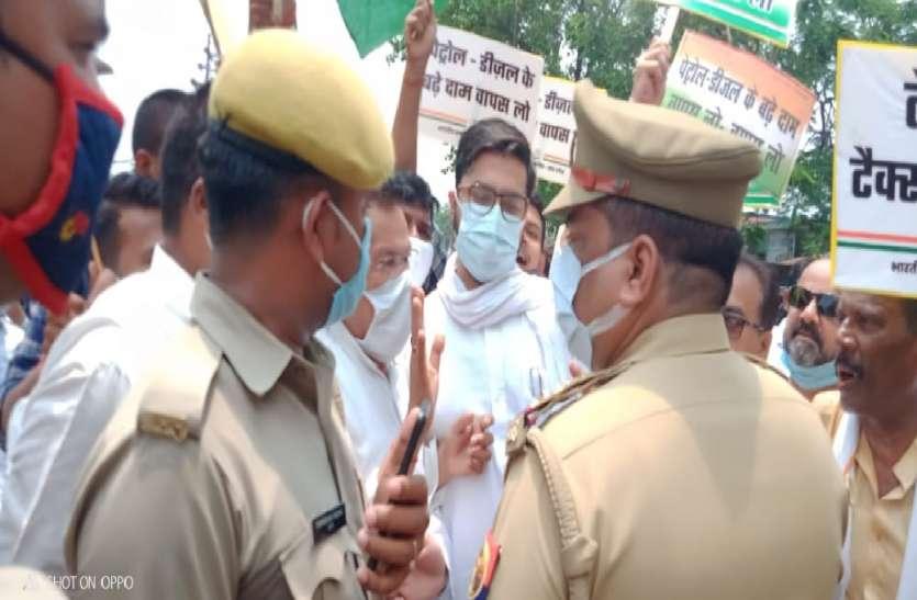 डीजल-पेट्रोल के बढ़ते दामों के खिलाफ बाराबंकी में कांग्रेस का हल्लाबोल, सरकार पर साधा निशाना