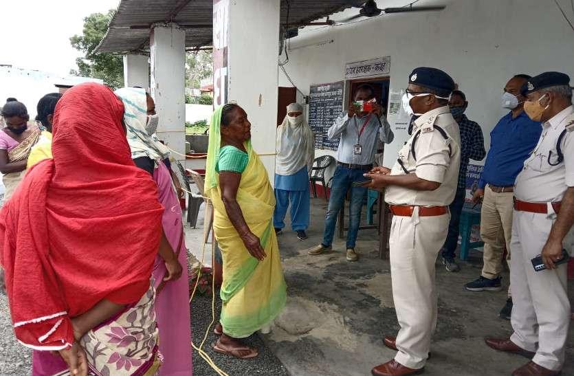 रसूखदार की दादागिरी: गांव का रास्ता बंद कराया, जमीनें हड़पीं, ग्रामीणों ने पुलिस चौकी का किया घेराव
